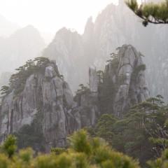 Geltonasis kalnas – gražiausias Kinijos kalnas su godžiomis beždžionėmis