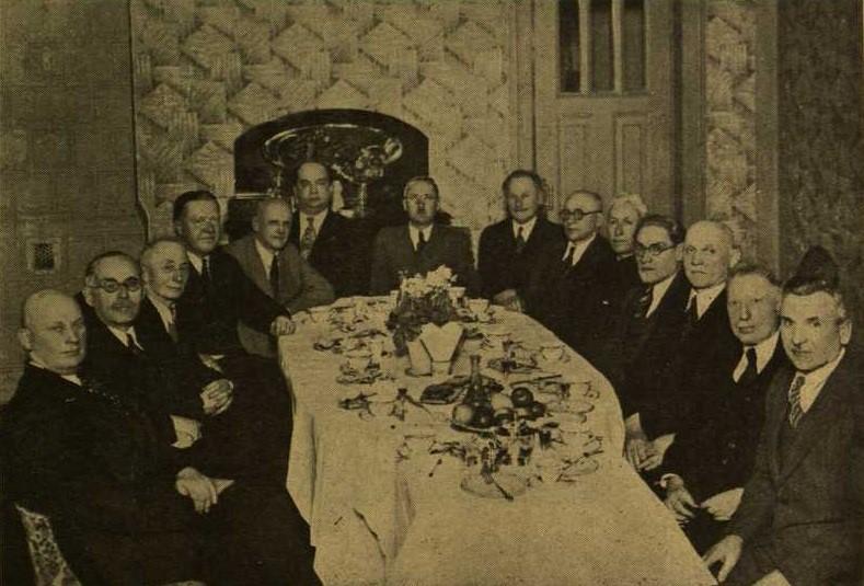 Lietuvių piliečių draugijos Charbine valdyba. Centre Lietuvos konsulas Eduardas Jatulis 1940 m