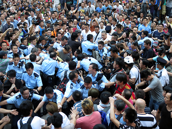 Umbrella_Revolution_Conflict_in_Mong_Kok_20141003