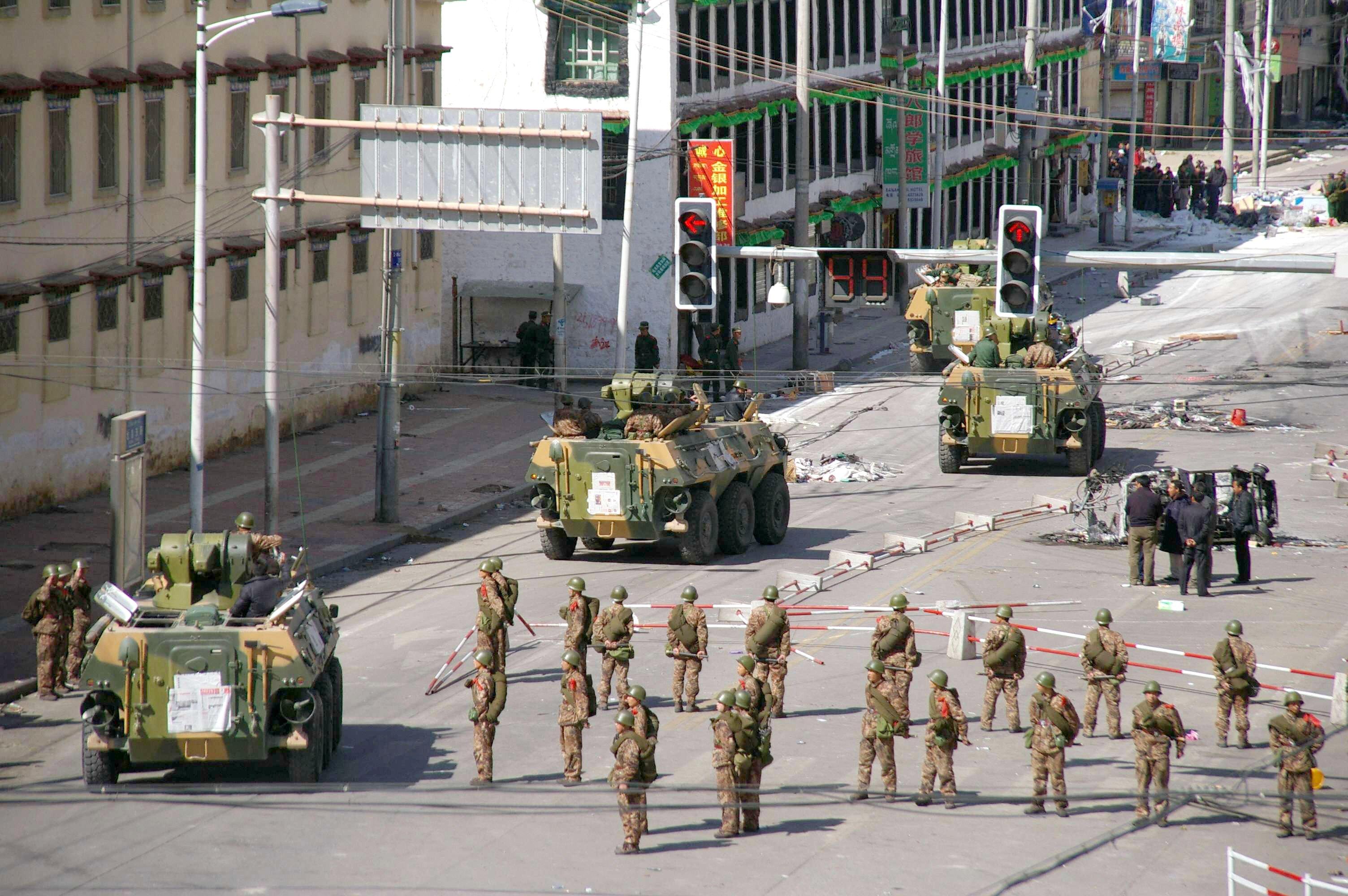 Kinų saugumo pajėgos pasiustos numalšinti protestus. 2008 m. kovo 18d. Lasa