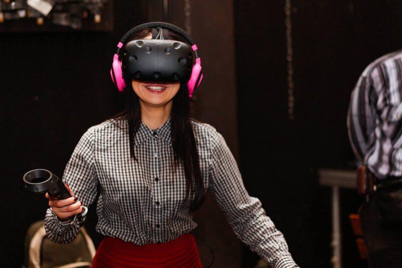Mergina žaidžiandi interaktyvius žaidimus, pramogos, laisvalaikis
